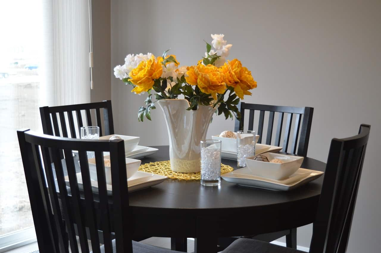 שולחן וכיסאות