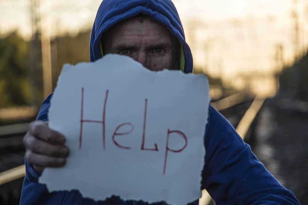 איש מבקש עזרה