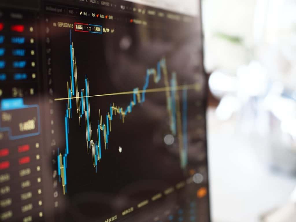 עליות וירידות השוק על המסך